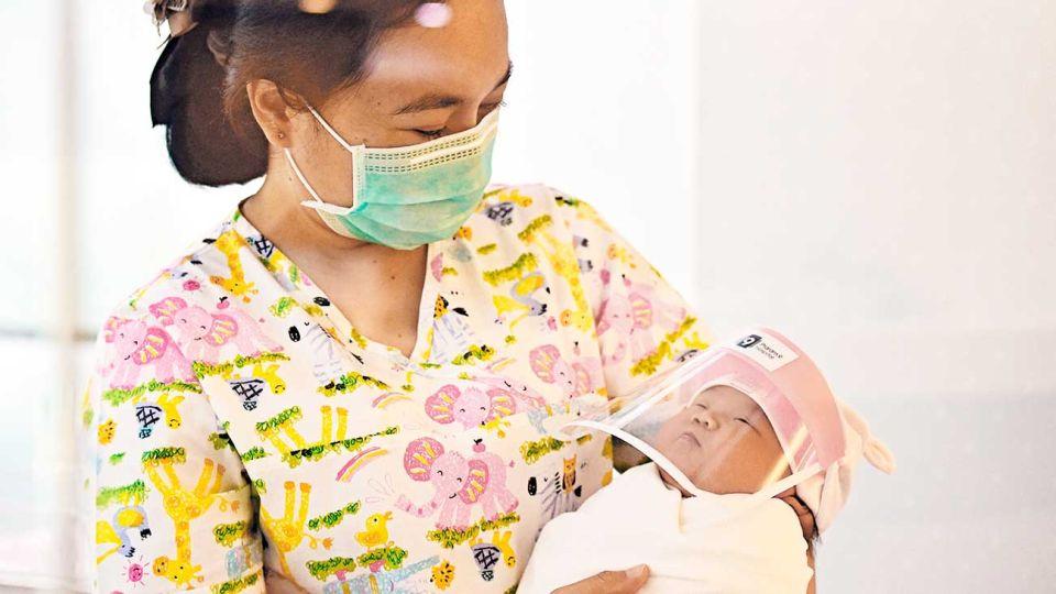 Recien llegados. En Tailandia, les colocan mascarillas de protección por los contagios.