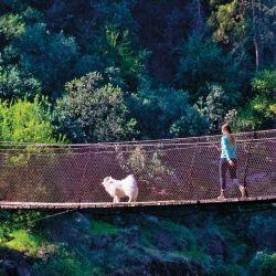El puente colgante de Cascadas de las Ánimas atraviesa el Cajón del Maipo.
