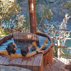 Una tina de madera a leña, relax y romanticismo a minutos de Santiago.
