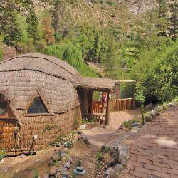En Cascada de las Ánimas hay lujosas cabañas para alojarse y, también, un camping.