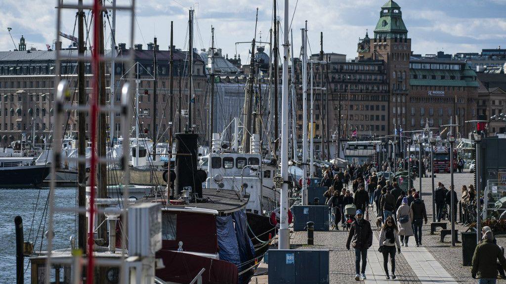 """Los bares y restaurantes no cerraron en Suecia, que apostó a la """"responsabilidad civil""""."""
