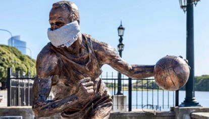 La estatua de Manu Ginóbili en Buenos Aires con la boca tapada.