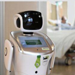 Este es Tommy, uno de los robots enfermeros que asiste a los médicos de el hospital Circolo, en la ciudad de Varense, al norte de Lombardía.