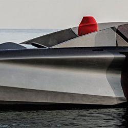 Con los folis plegados, la embarcación baja el calado y puede navegar a baja velocidad en zona de canales o durante maniobras de amarre.