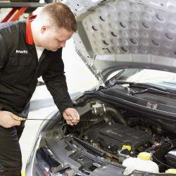 El nivel de aceite es una de las primeras cosas que debemos revisar antes de arrancar el auto.