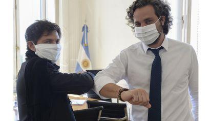 """El gobernador bonaerense, Axel Kicillof, reunido con el jefe de Gabinete, Santiago Cafiero, para analizar """"cuarentena administrada"""" en la provincia."""