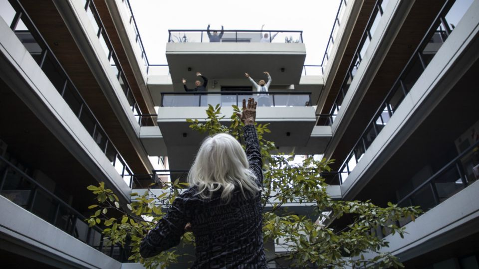 Irma Mogilevsky, de 76 años de edad, ofrece una clase de gimnasia a los vecinos de su edificio, durante la cuarentena obligatoria decretada por el gobierno.