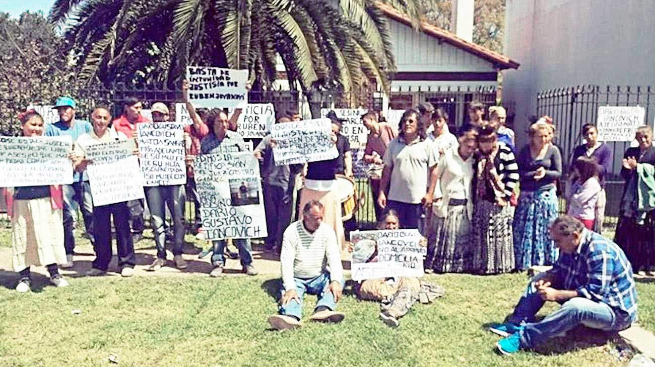 Reclamo. Familiares de un hombre asesinado protestaron frente al juzgado por un fallo del juez Castro.