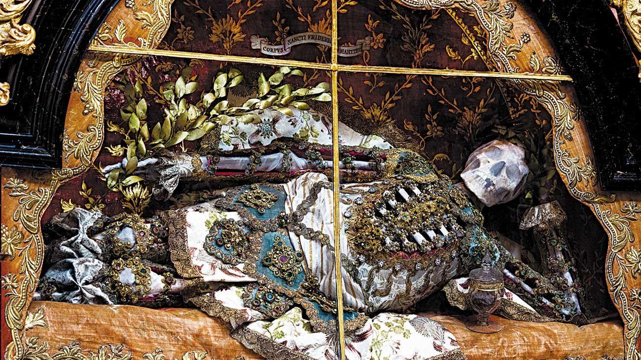 Derroche. San Valerio en reposo en Weyam, Alemania, con sus joyas que poco le sirvieron en la otra vida.