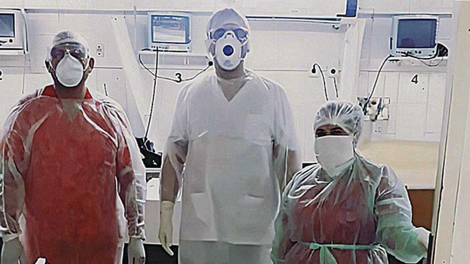 Internación. Cristian Rodríguez y equipo en la sala de terapia.