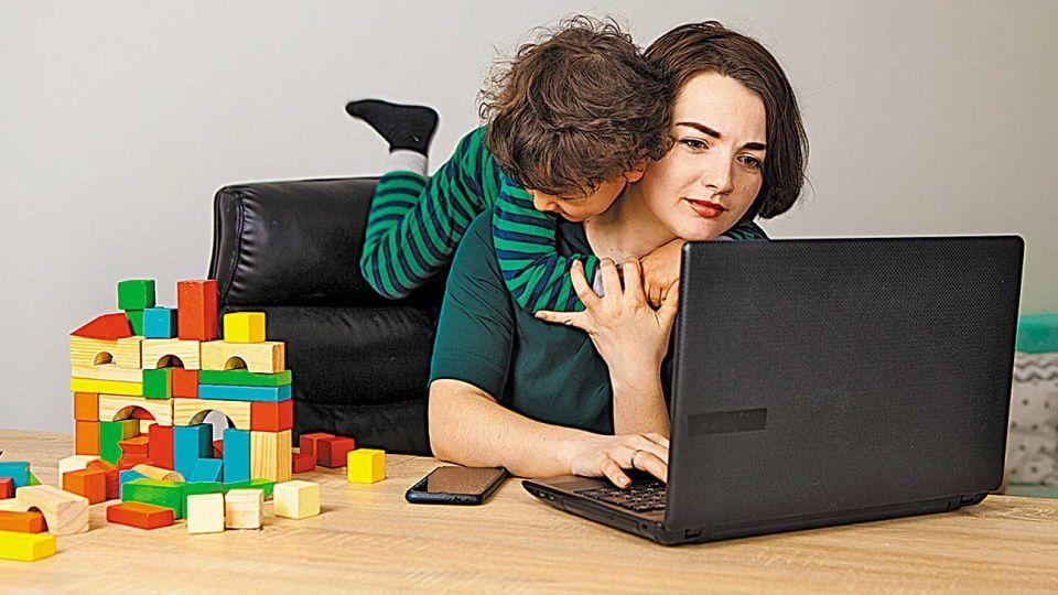 Home office. Es una manera de combinar el trabajo y los roles familiares.