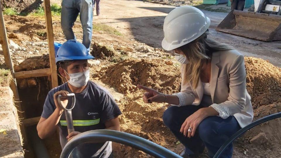 La presidenta de AySA, Malena Galmarini, recorrió una obra de agua potable en el partido bonaerense de San Miguel.