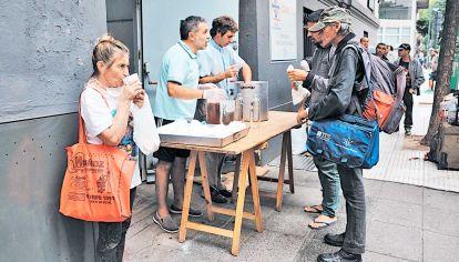 Alimentos. Las empresas vehiculizaron muchas veces la gestión de la asistencia alimentaria a través de Cáritas.