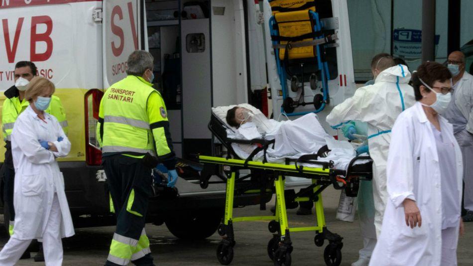 Personal de salud traslada a una contagiada de coronavirus en un hospital de Valencia, este domingo 19 de abril.