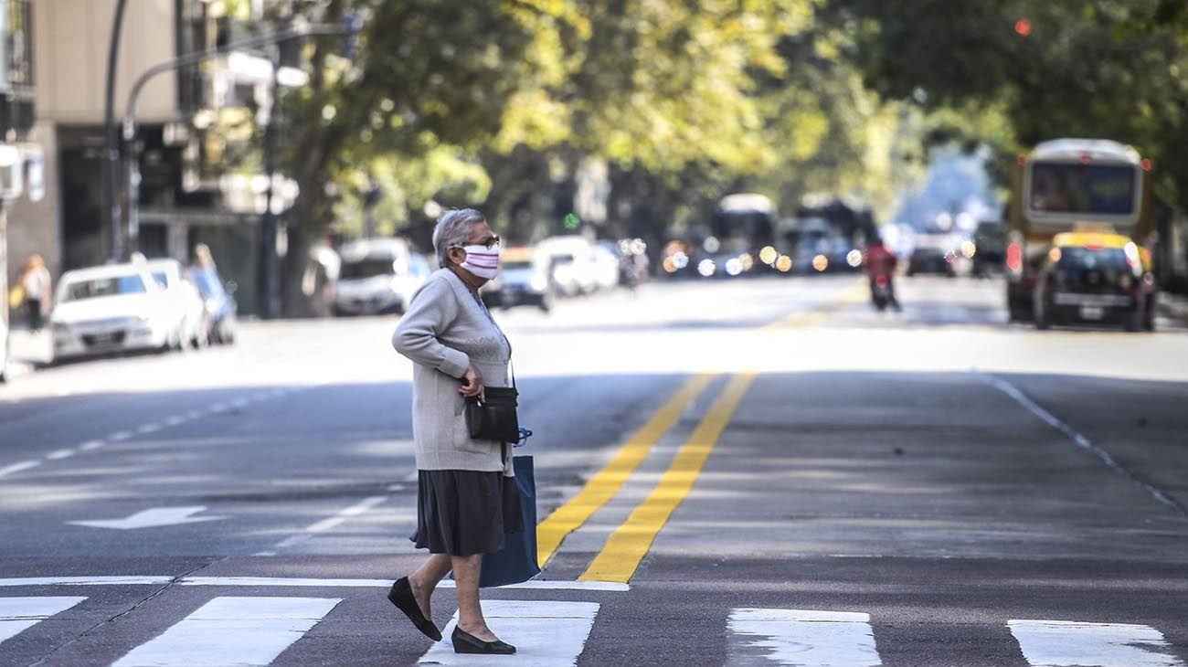 Buenos Aires: Una Persona mayor circula por la vía pública con el correspondiente uso del barbijo
