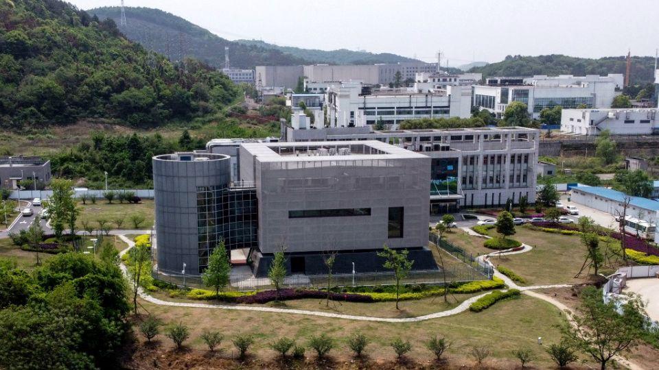 Situado entre las colinas que rodean la ciudad china de Wuhan, donde surgió el nuevo coronavirus, un laboratorio de biotecnología chino se convirtió en el centro de una controversia mundial