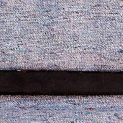 La vaina de cuero posee la cartera de bronce, lisa y de tres pulgadas de largo.
