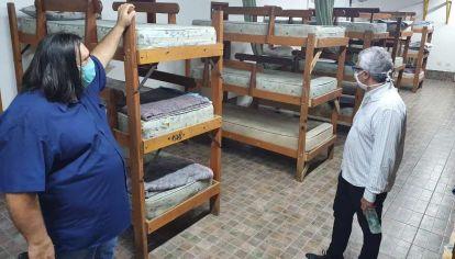 Roberto Baradel le presenta los alojamientos al Intendente de Tigre, Julio Zamora