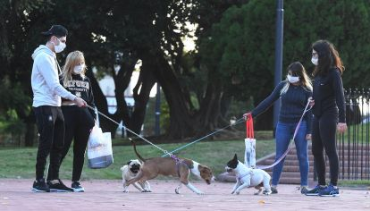 Los dueños de mascotas, aprovechan la cercanía del parque Chacabuco para pasearlas en el 33° día del aislamiento obligatorio.