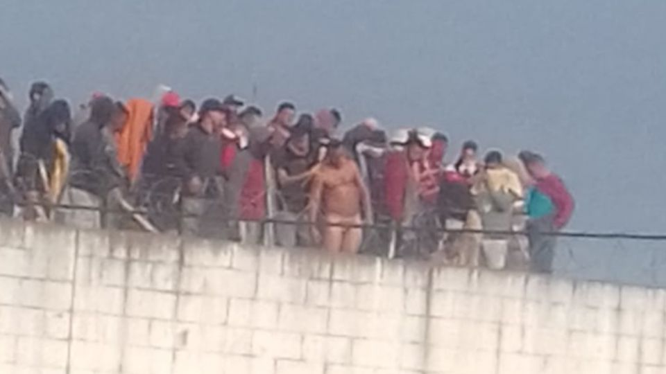 Los presos amotinados tomaron rehenes en el muro de la Unidad 23 de Florencio Varela.
