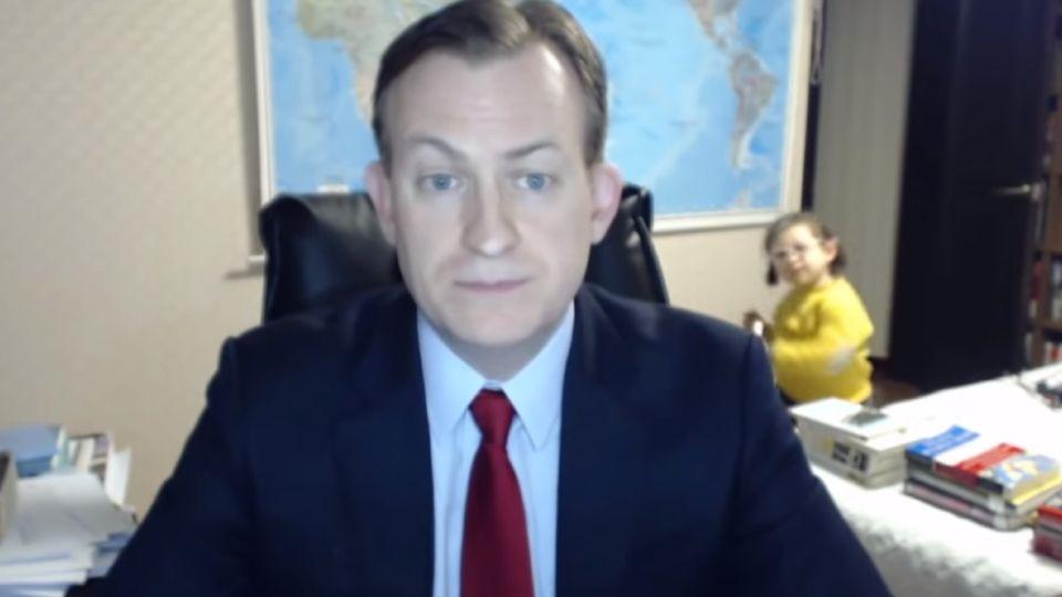 El profesor Richard Kelly saltó a la fama cuando sus hijos interrumpieron su entrevista con la BBC.