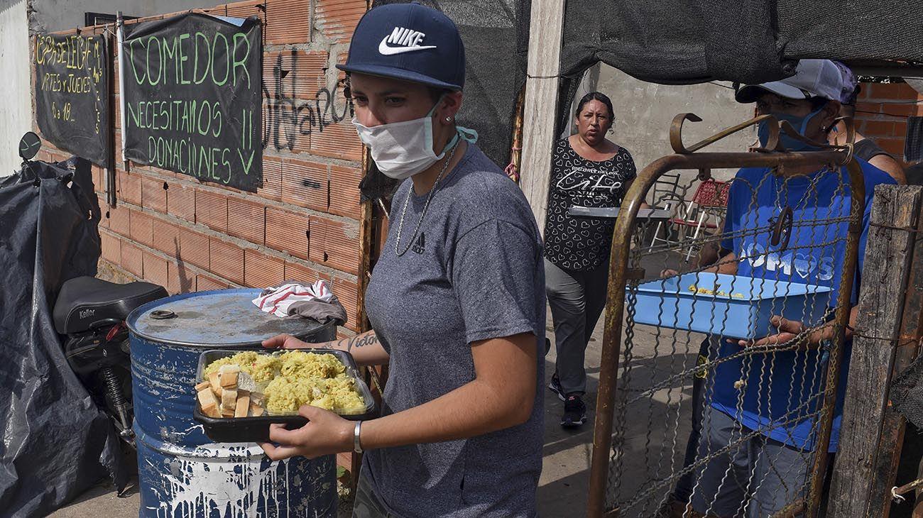 """Militantes de Somos Barrios de Pie y voluntarios de la ciudad de Rosario entregaron hoy más de 1.500 viandas """"a domicilio"""" para adultos mayores como parte de la renovación de la estrategia de asistencia con distanciamiento social durante la pandemia de coronavirus, informaron fuentes de la organización."""