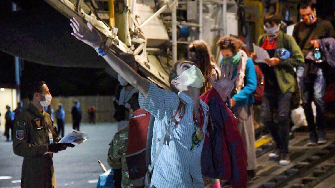 75 Argentines who were stranded in Peru arrived on March 27, 2020 at El Palomar in a Hercules Air Force vehicle.