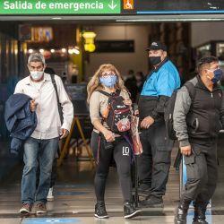 En la estación de trenes de Once se realizan controles de temperatura corporal y se exige el distanciamiento entre los usuarios.   Foto:Juan Ferrari