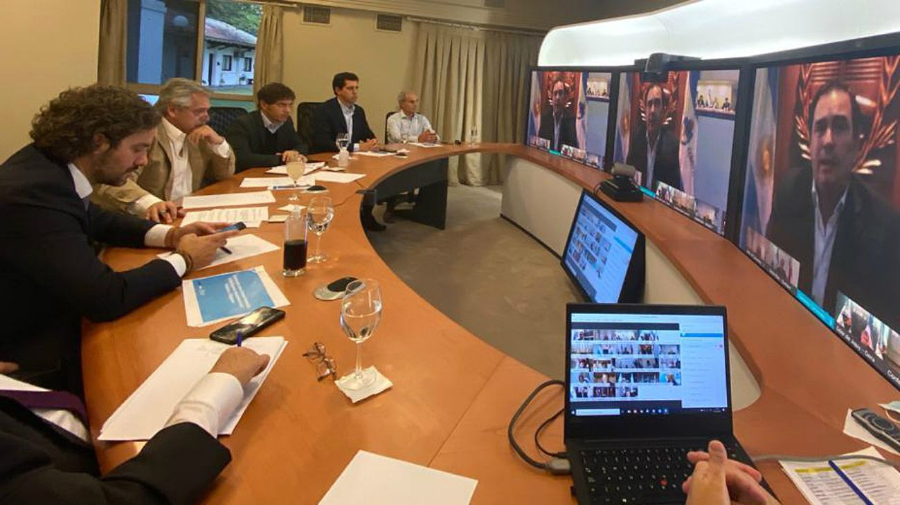 La reunión del presidente Alberto Fernández con especialistas en salud y los gobernadores, este viernes en Olivos.
