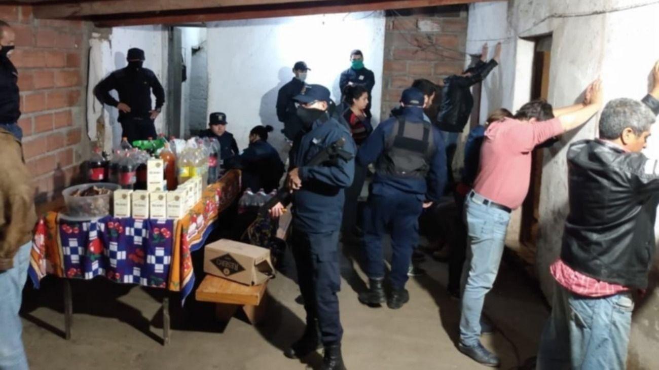 Con cajas de vino y cerveza, detuvieron a un intendente por romper la cuarentena para ir a comer un asado.