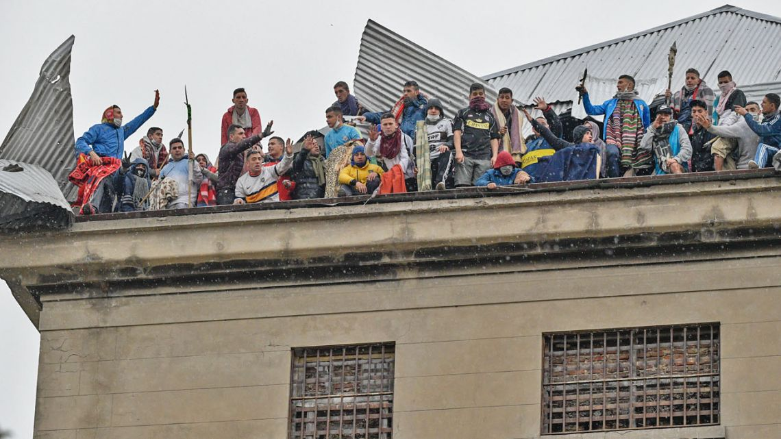 Prisoners took their protest to the roof of the La Unidad Penitenciaria N° 10 prison.