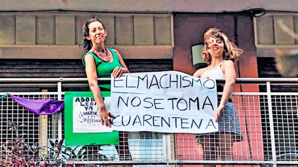 Femicidios. la protesta por los crímenes de género llegó a los balcones.