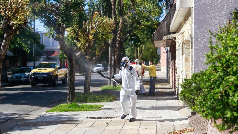 Tareas de fumigación contra el mosquito en espacios públicos de CABA