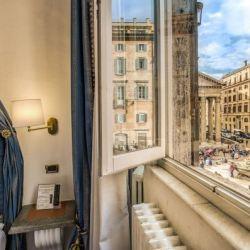 Las puertas del Albergo del Sole al Pantheon se abrieron por primera vez en 1467 y desde entonces ha recibido huéspedes frente al magnífico monumento romano.