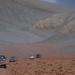 Las camionetas atraviesan el Salar de Antofalla.