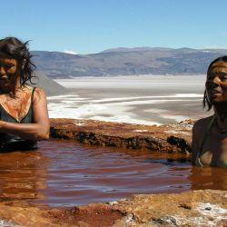 Las chicas se animan a darse un exótico baño en las aguas termales y sulforosas de las tina de Botijuela, con espectaculares vistas al salar.