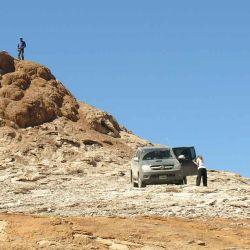 Una de las camionetas es atrapada y se hunde en el blando y seco polvo obligando a los exploradores con pala y planchas.