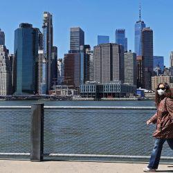 Una mujer camina con una máscara en medio de la pandemia de coronavirus en el Brooklyn Bridge Park el 28 de abril de 2020 en el distrito de Brooklyn de la ciudad de Nueva York. La Organización Mundial de la Salud declaró el coronavirus (COVID-19) una pandemia global el 11 de marzo. Al Bello / Getty Images / AFP | Foto:AFP