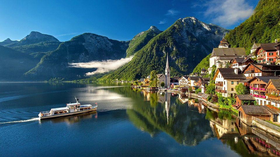 Hallstatt (Austria). Sus paisajes helados en invierno y coloridos en verano, siempre repletos de turistas –muchos asiáticos, por cierto- pasaron de la congestión humana a la desolación.