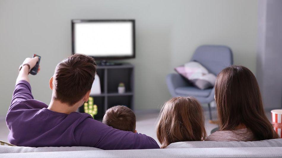 Familia mirando TV 20200428
