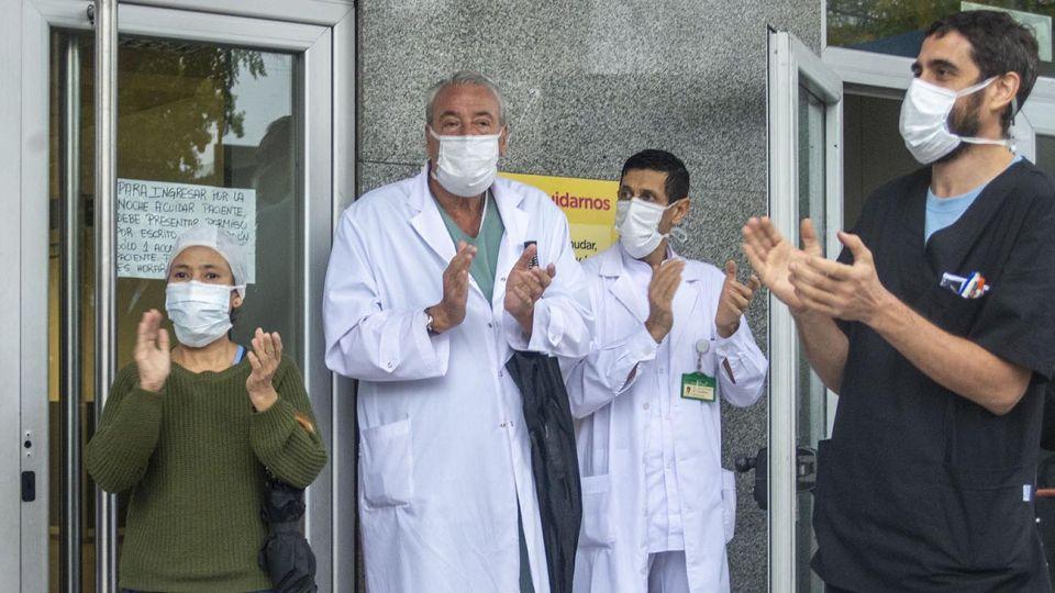 Personal de la salud del Hospital Ramos Mejia protesta en reclamo de insumos para atender la pandemia de coronavirus simultáneamente ocurre en las puertas de distintos hospitales públicos de la Ciudad de Buenos Aires.