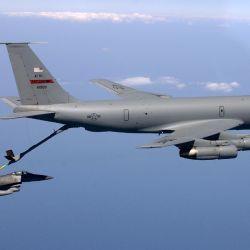 El KC-135 Stratotanker es un avión de reabastecimiento de combustible en vuelo que lleva utilizándose desde hace más de 60 años.