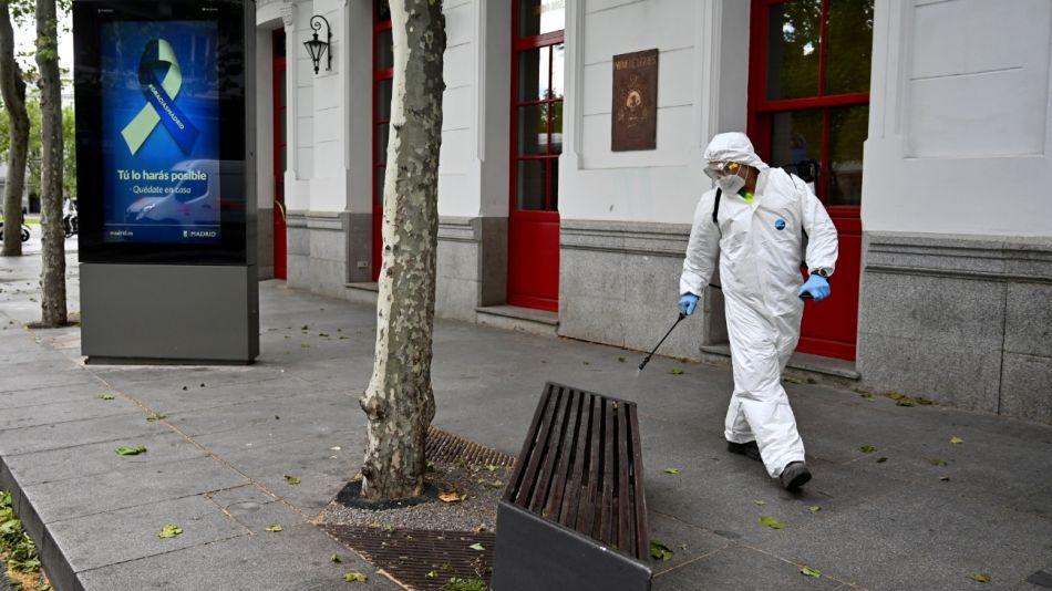 Se desinfectan las calles de Madrid como prevención para el coronavirus.