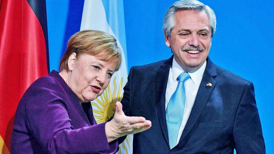 Angela Merkel con Alberto Fernández durante la gira europea de febrero.