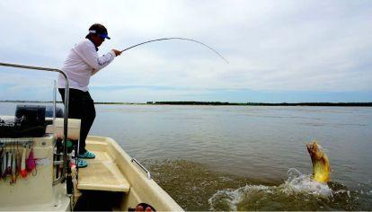 Mientras Argentina prohíbe, Uruguay habilita las salidas con guías de pesca