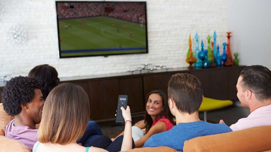 jóvenes viendo TV-20200430