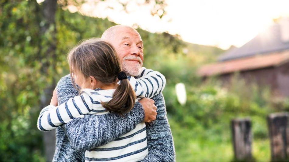 Niños abrazando a abuelos-20200430