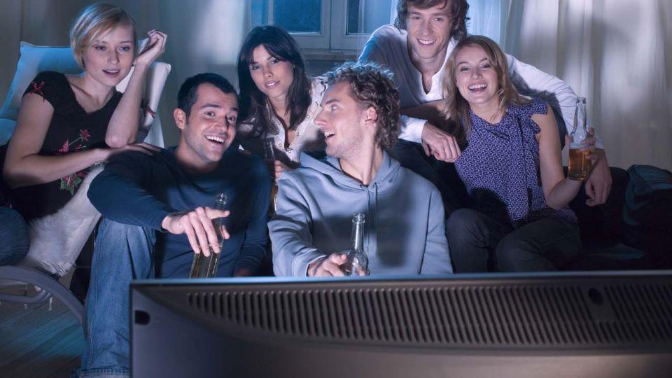 jóvenes mirando tv