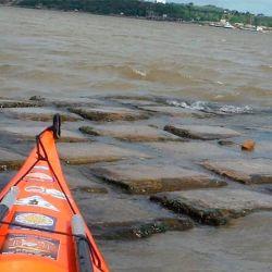Con el río Paraná con menos de dos metros de agua, quedó a la vista la malla geotextil que lo protege.