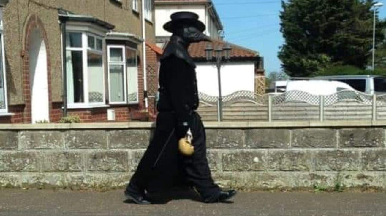 La persona recorre las calles vestida como médico de la peste negra.